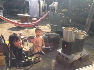 お庭でひじき炊き中